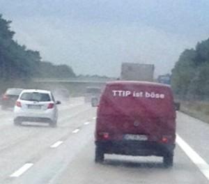 Klein-Demo auf der Autobahn - 'TTIP ist böse' - Foto © Johanna Hofmann