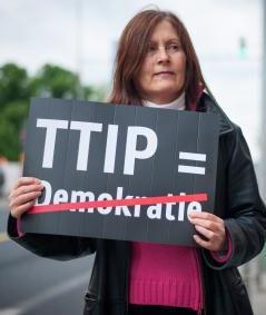 Demonstrantin gegen in Berlin gegen TTIP. © Ruben Neugebauer, Campact (CC BY-NC 2.0)