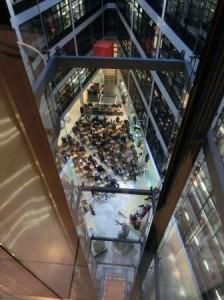Diskussionsarena im Atrium des Willy-Brandt-Hauses - Foro © Gerhard Hofmann, Agentur Zukunft