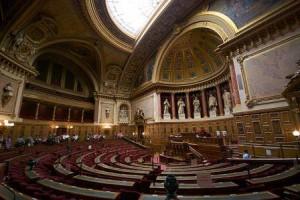 Sitzungssaal des französischen Senats 2009 – Foto © Romain Vincens, lizenziert unter CC BY-SA 3.0 über Wikimedia