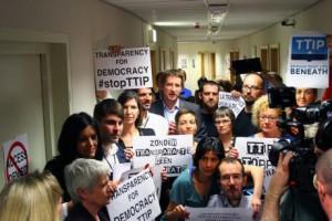 Europaabgeordnete der Grünen- und der GUE_NGL-Fraktion protestieren gegen das alte TTIP-Lesezimmer-System. Foto © greens_EFA_Flickr