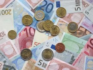 Euromünzen und Banknoten - Foto © Avij - Eigenes Werk, liz. u. Gemeinfrei über Wikimedia Commons
