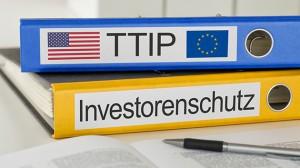 Aktenordner mit der Beschriftung TTIP und Investorenschutz
