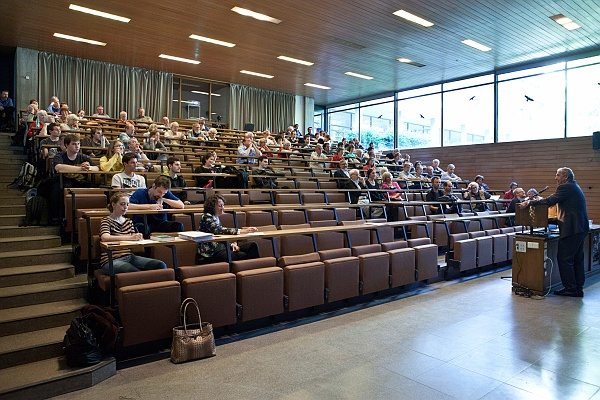 Franz Josef Radermacher vor Hörsaal - Foto © zak.kit.edu