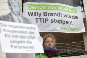 Willy Brandt würde TTIP stoppen, Eine Aktion von Greenpeace vor dem Willy Brandt Haus