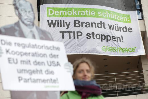 Willy Brandt würde TTIP stoppen, Eine Aktion von Greenpeace vor dem Willy Brandt Haus - Foto © Greenpeace
