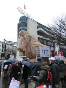 Trojanisches Pferd der TTIP-Gegendemonstranten vor Willy-Brandt-Haus Berlin - Foto © Gerhard Hofmann, Agentur Zukunft