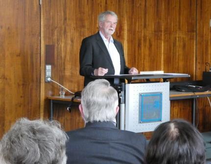 Peter Hennicke spricht (im  Vordergrund Johannes Hoffmann v.hi.) - Foto © Gerhard Hofmann, Agentur Zukunft für FGEÖR